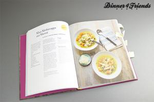 """So schön fotografiert wie hier in """"Die neue Alpenküche"""" habe ich das Gericht nicht. Aber das Rezept ist perfekt abgestimmt und gibt dem Kürbis einen neuen Kick."""