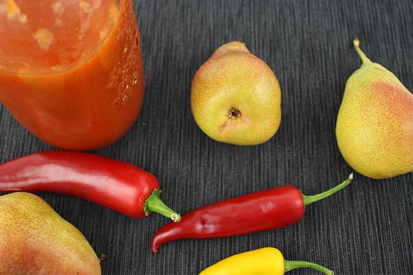 Birnen, Chili und Peperoni bzw. Paprika - mehr braucht es eigentlich nicht für selbstgemachten Ketchup.