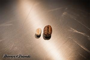 Beim Röstern verlieren Kaffee-Bohnen Flüssigkeit, erreichen danach aber fast das doppelte Volumen als rohe Kaffeebohnen.
