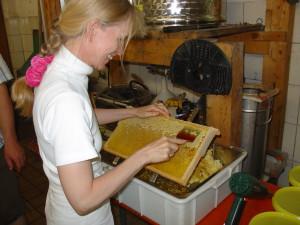 Petra Polzer, Autorin und Hobby-Imkerin, findet beim Imkern einen perfekten Ausgleich zum Job am Schreibtisch.