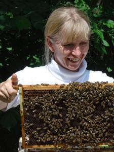 Honig selbst imkern: Petra Polzer arbeitet inzwischen mit bis zu 15 Bienen-Völkern.