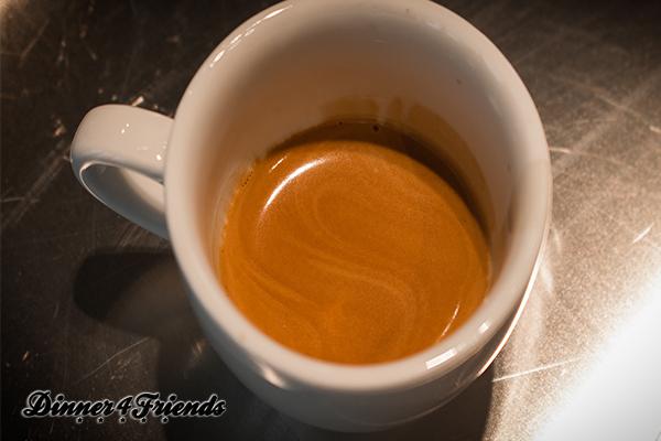Zum Vergleich: Das ist eine perfekte Crema im Espresso. Ein Geheimtipp vom Barista bei Dallmayr in München: Immer erst umrühren, dann probieren und bei Bedarf erst zuckern. Denn die Süße sammelt sich unten in der Tasse.
