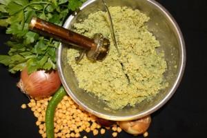 Das Falafel-Rezept bleibt geheim und wird jeden Tag frisch zubereitet: Der Teig für die Falafel.