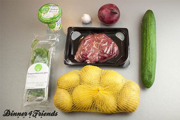 In der HelloFresh-Box ist alles drin, was man für das rosagebratene Rindersteak mit Kartoffel-Gurkensalat braucht. Gutes Gemüse, gute Kräuter, gutes Fleisch - leckeres Ergebnis!