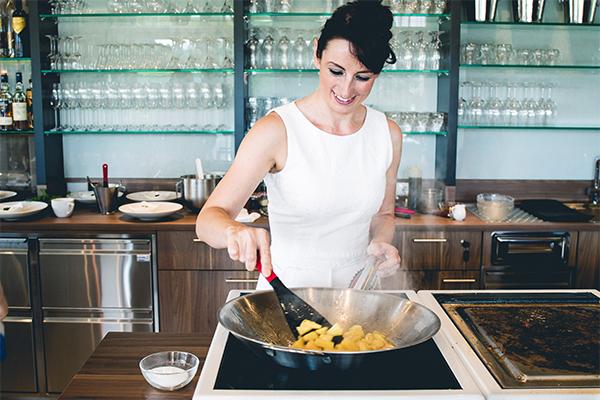 Da mache ich gerade die Nachspeise auf dem Induktions-Wok: Flambierte Ananas mit Quarkmousse und Pistazienpesto.