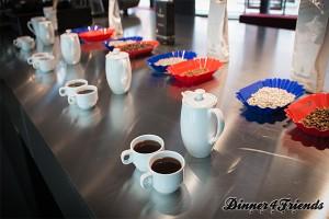 Rund 300 Tassen Kaffee probiert Rudolf Krapf bei einer einzigen Kaffeeverkostung und entscheidet dann, welcher Kaffee bei Dallmayr über die Theke geht. Der Aufbau, die Ziehdauer, die Wasser- und Kaffeemenge ist bei Kaffeeverkostungen weltweit genormt und findet immer auf die gleiche Art und Weise statt.