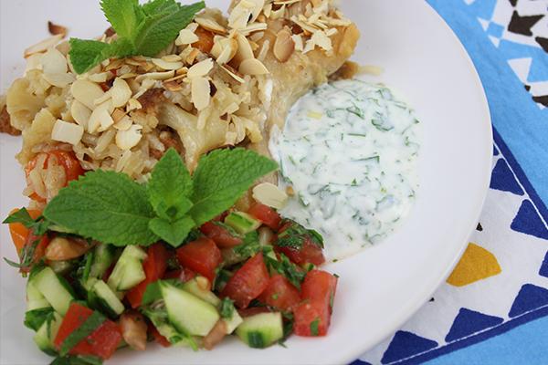 Ein kleiner Salat mit Minze, etwas Joghurtsauce und geröstete Mandelblättchen passen wunderbar zu Maqlubah.