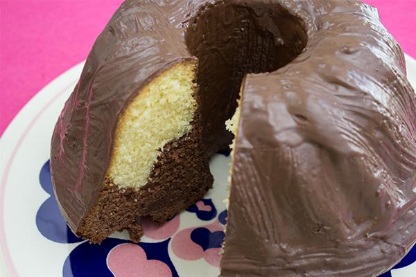 Seit ich denken kann, gibt es bei uns Marmorkuchen zum Kaffee. Und ich liebe ih bis heute: Auch weil er immer eine dicke Glasur aus Schokolade bei uns bekommt.