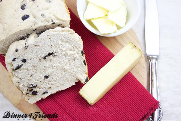 Das englische Weißbrot lässt sich ganz einfach auch zu einem Olivenbrot verwandeln.