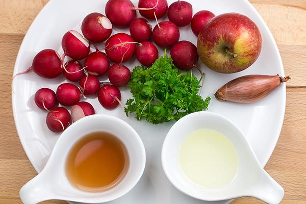 Viele Zutaten braucht man für einen leckeren Radieschensalat nicht und der Salat geht wahnsinnig schnell!