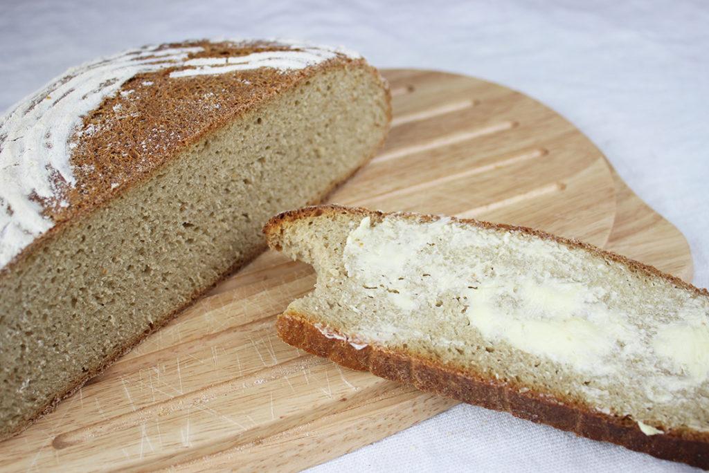 Roggen-Dinkel-Mischbrot mit Butter
