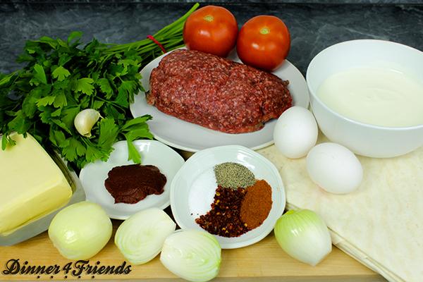 Für Hackfleisch-Börek braucht man neben einigen Gewürzen noch Yufka-Teigplatten, Rinder-Hackfleisch, Zwiebeln, Knoblauch, Tomaten- und Paprikamark, Butter, Eier, Tomaten, Petersilie und Milch.